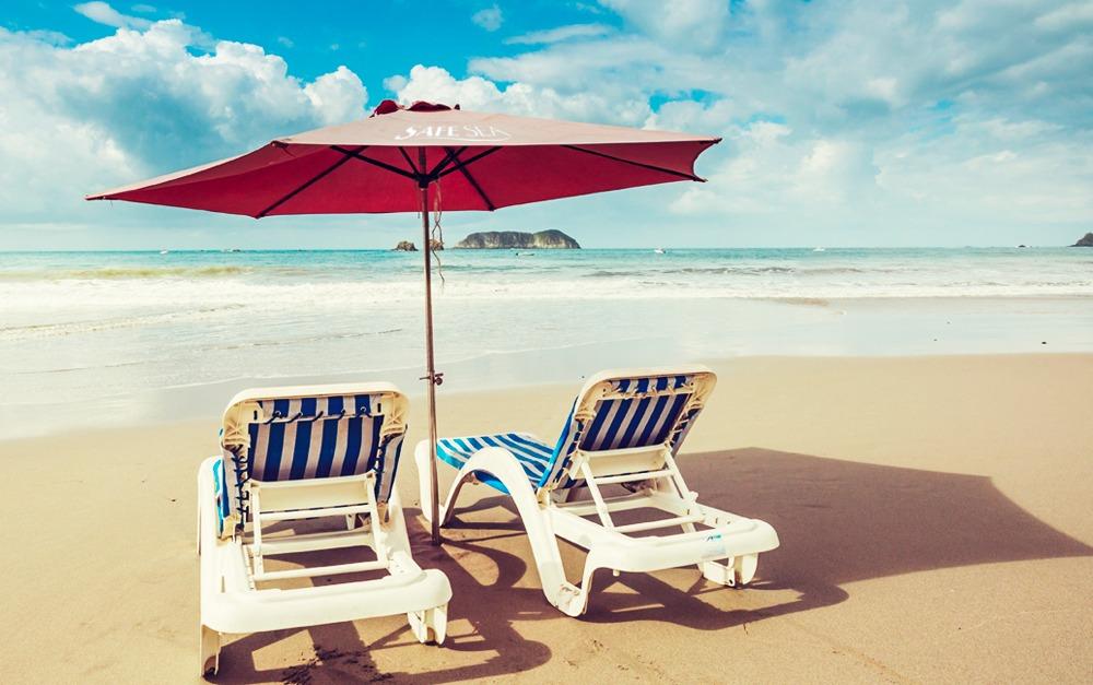 Duas cadeiras na beira-mar com o protetor Safe Sea