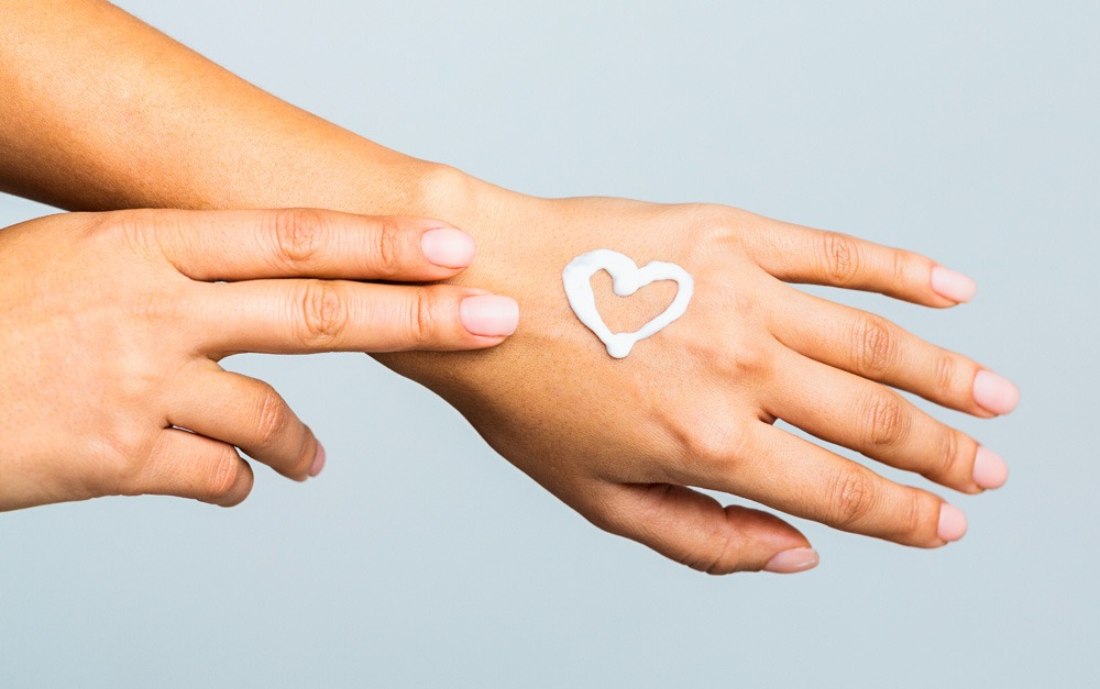 Mão com Safe Sea em um coração