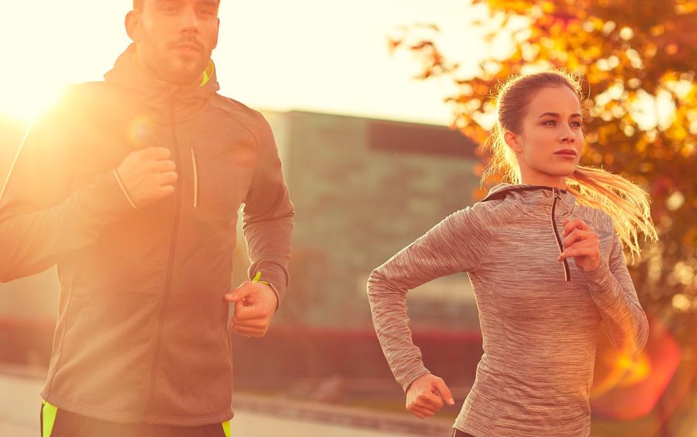 Um Homem e uma mulher praticando exercícios físicos, mas com a proteção do protetor sola Safe Sea®