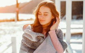 mulher pegando sol em um dia de inverno