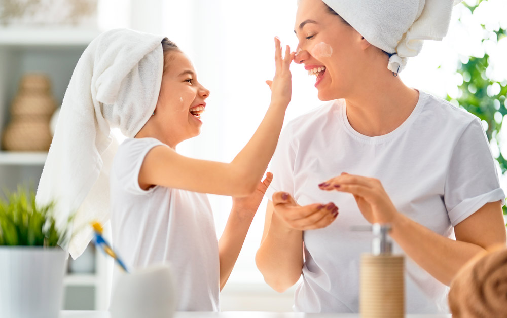 Menina e mulher cuidando da pele