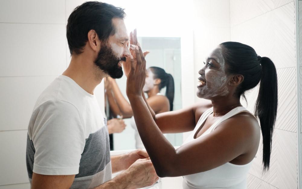 Mulher cuidando da pele do homem