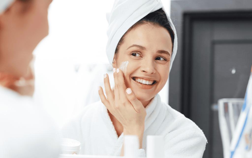 Mulher cuidando da pele sensível